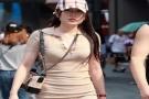 时尚街拍|女人连身短裙穿出前凸后翘视觉,让街上人大饱眼福