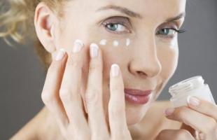 眼霜可以全脸使用吗?眼霜早上涂好还是晚上涂好?