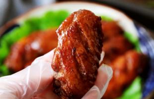 自制蜜汁鸡翅鲜嫩多汁,营养又健康做法也简单,一个接着一个吃,好吃到舔手指!