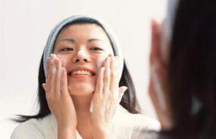 面部黑头如何清理出来?皮肤清洁究竟该怎么做?