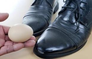 皮鞋蹭破皮了怎么办?不花一分钱,一个鸡蛋就能修复如新!