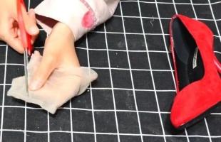 丝袜剪一刀套在高跟鞋上,解决了很多女性朋友的烦恼,太实用了